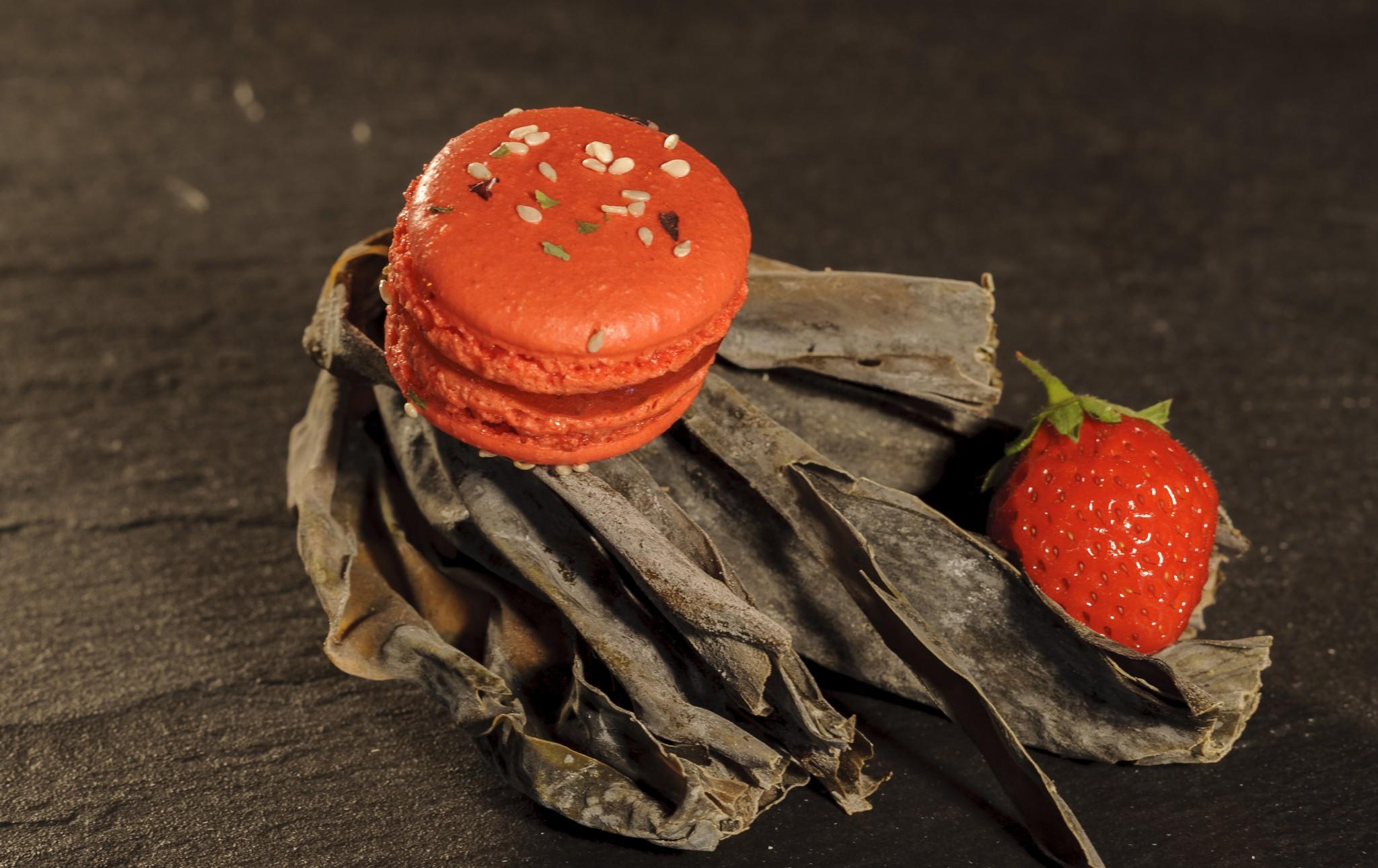 prise de vue culinaire, macaron Alain Chartier à la fraise sur une algue